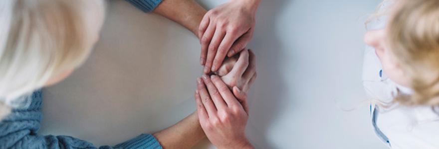 photo d'une infirmière tenant la main de sa patiente